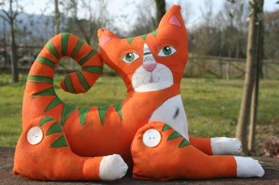 Gatto arancione con striature verdi dipinto a mano
