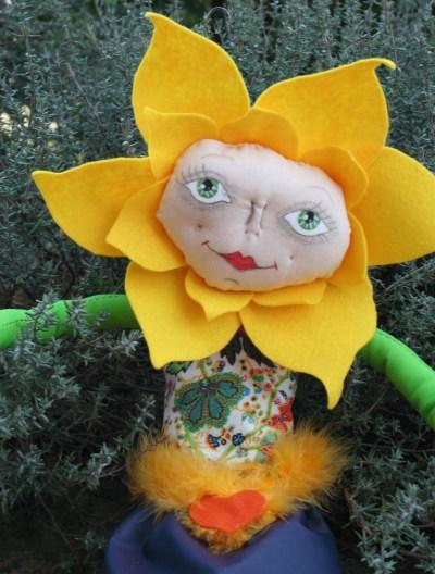 bambola di Girasole fatta in stoffa pannolence e dipinta a mano