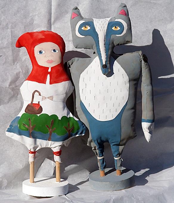 Cappuccetto rosso e il lupo sono in stoffa dipinti a mano