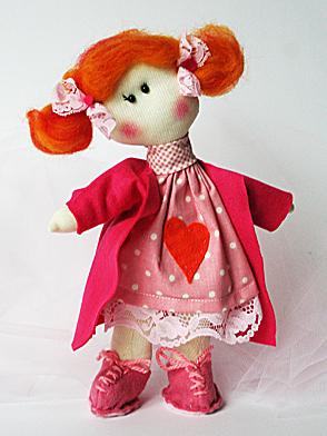 bambola che ho chiamato Anna dai capelli rossi, stà in piedi da sola